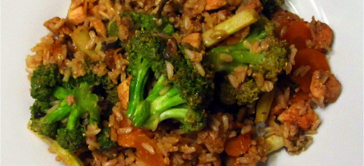 Szybko i zdrowo: brązowy ryż z kurczakiem i warzywami