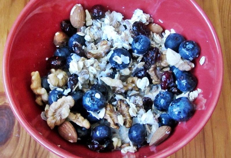 Szybkie śniadanie: mieszanka zbożowo-ryżowa z bakaliami i owocami