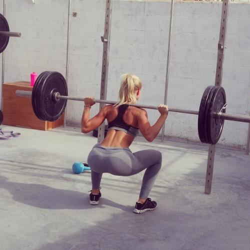 ćwiczenia siłowe_sztanga