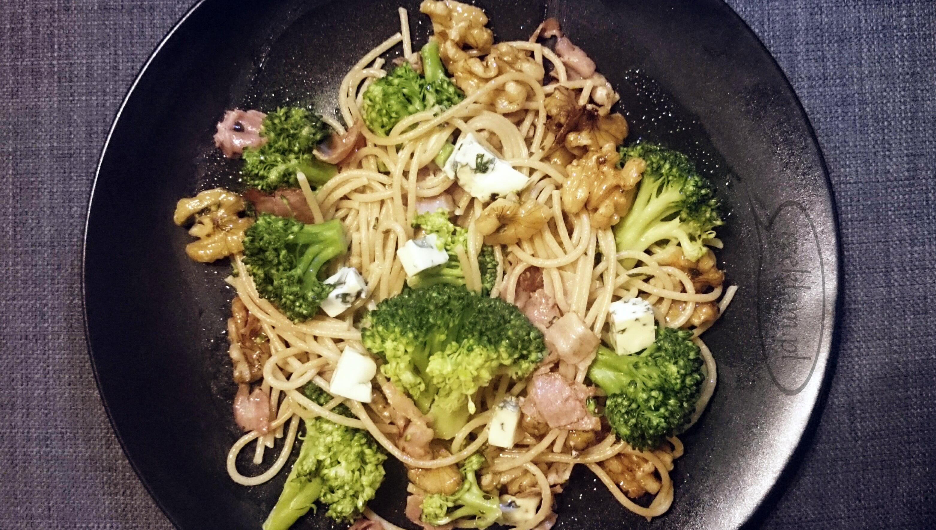 Szybki obiad: makaron z boczkiem, brokułami, orzechami i serem pleśniowym
